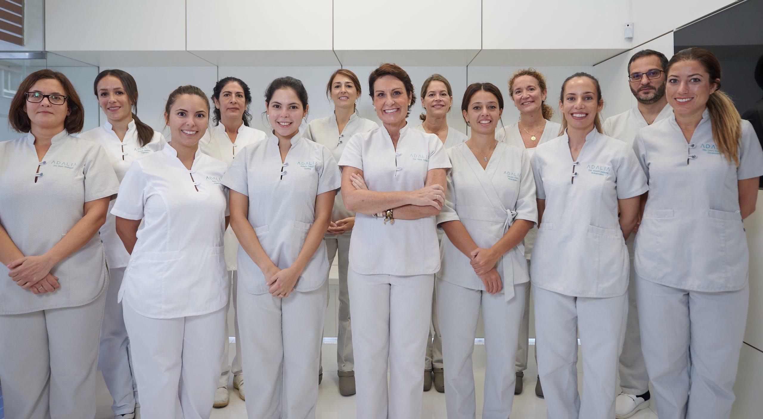 Equipo de dentistas y auxiliares dentales en Clínica Dental Adalia